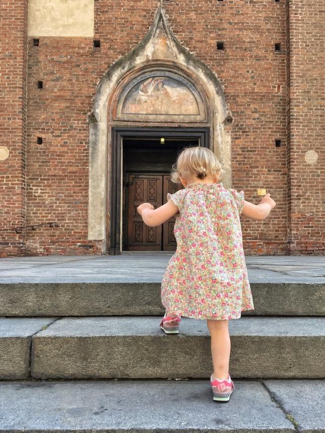 bambina si reca in chiesa da sola